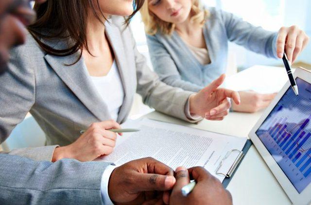 20170731093148-business-businesswoman-thinking-analyze-data-chart-work